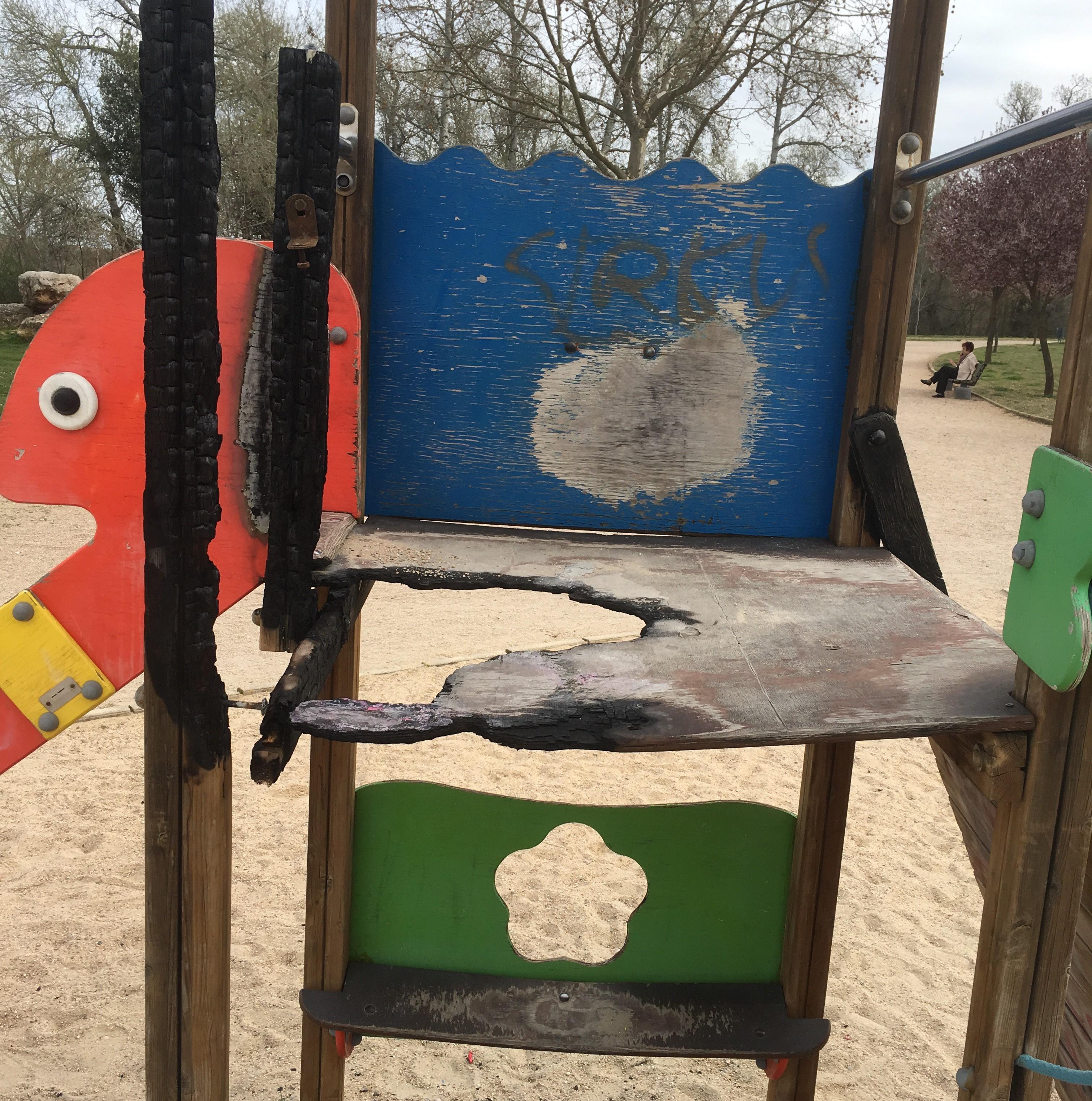 Solicitud de arreglo urgente de los juegos infantiles instalados den parques y zonas verdes